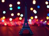 霓虹中的孤獨鐵塔